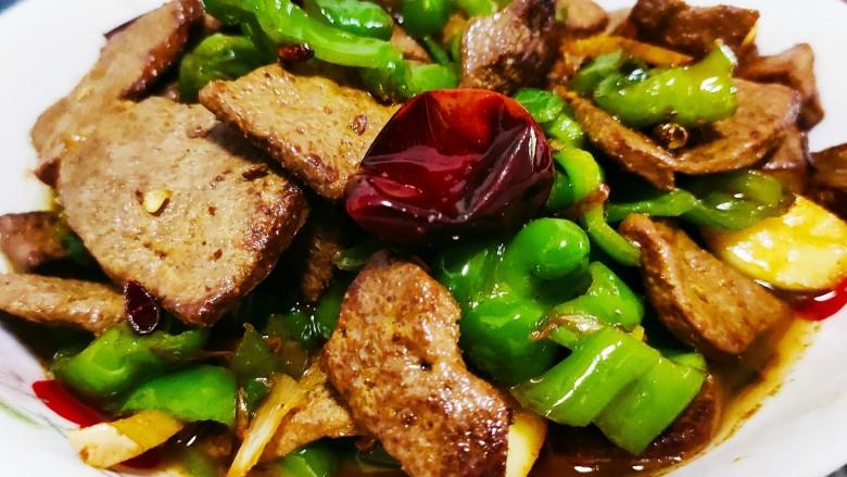 青椒炒猪肝,青椒炒熟后即可出锅