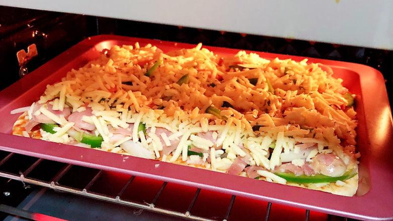 培根火腿披萨,将烤盘放入烤箱,180度烤20-25分钟。