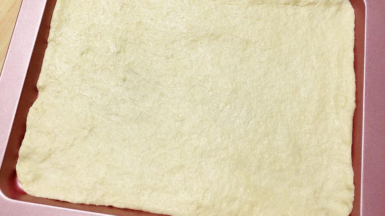 培根火腿披萨,将饼底放入烤盘中。