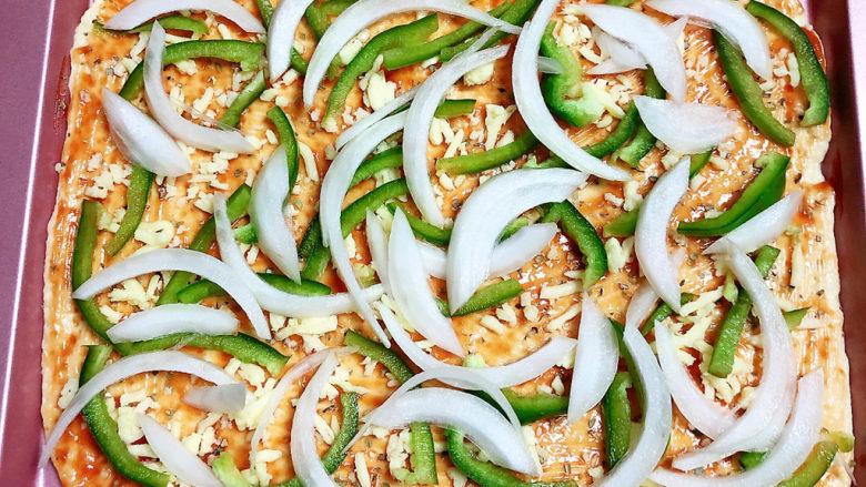 培根火腿披萨,将蔬菜摆放在披萨上。