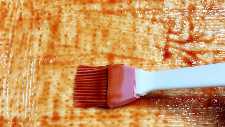 培根火腿披萨,再披萨饼底上刷一层<a style='color:red;display:inline-block;' href='/shicai/ 753'>番茄沙司</a>。