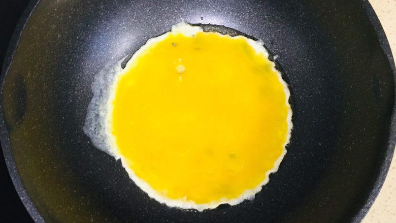 韭菜盒子,烧热后,倒入鸡蛋液