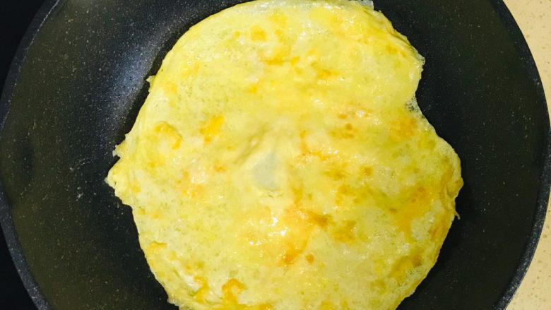 韭菜盒子,翻过来继续煎成金黄色的鸡蛋饼