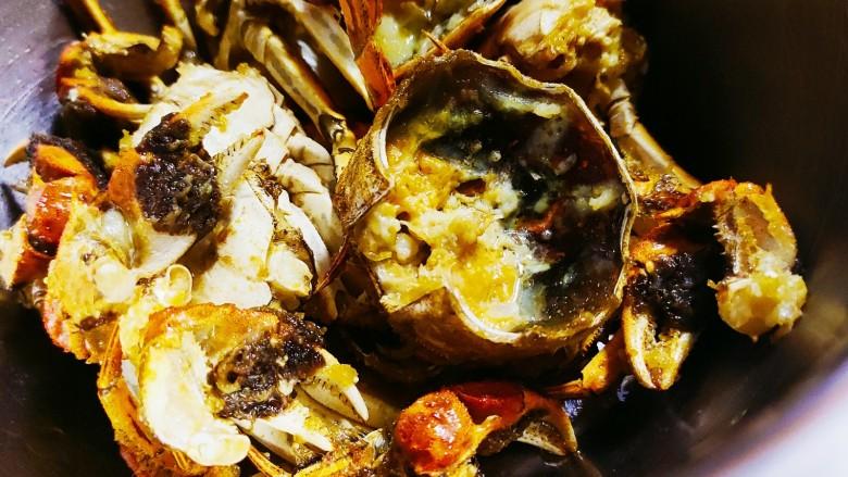 避风塘螃蟹,放入油锅炸至金黄捞起控油备用