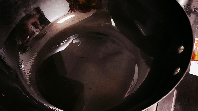 避风塘螃蟹,锅中倒油