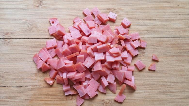 培根火腿披萨,<a style='color:red;display:inline-block;' href='/shicai/ 437'>火腿肠</a>切成小丁。