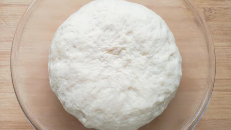 培根火腿披萨,一个小时左右,面团发酵好了。
