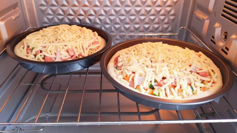 培根火腿披萨,送入预热好的烤箱。