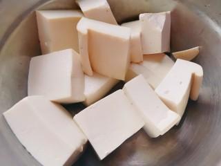 娃娃菜炖豆腐,豆腐用80℃的热盐水泡十分钟左右,捞出沥干水分备用