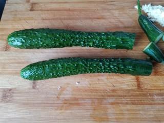 蒜泥黄瓜,黄瓜去掉头和尾。