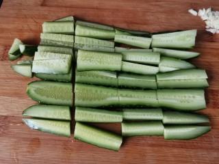蒜泥黄瓜,竖着切成长条再切成小段。