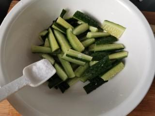 蒜泥黄瓜,我放碗里加入一勺盐拌匀。腌5到10分钟。