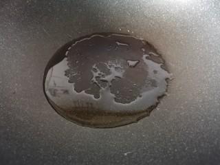 蒜泥黄瓜,锅里倒入两勺植物油烧热。