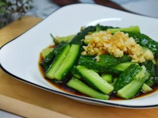 蒜泥黄瓜,吃的时候拌匀即可。简单快手的一道菜。