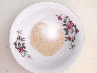 荞麦馒头,大碗里面加入酵母,加入白糖