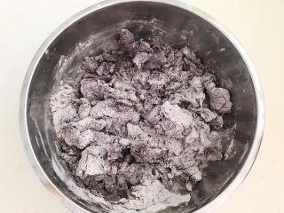 荞麦馒头,把酵母牛奶液倒入面粉中,边倒边搅拌