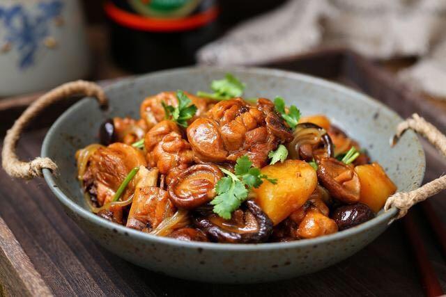 香菇焖鸡,一道喷香营养的香菇鸡腿炖粉条就做好了,米饭赶紧招呼上吧!