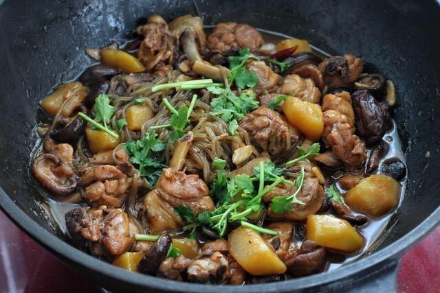 香菇焖鸡,粉条熟了后调入适量的盐,改大火翻炒收汁,撒入香菜段关火即可。