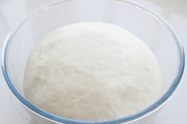 香肠馒头卷,待面团发酵至原来的2-2.5倍大,扒开面团内部呈蜂窝状就是发酵好了,这个没有固定时间,只能看面团的状态。