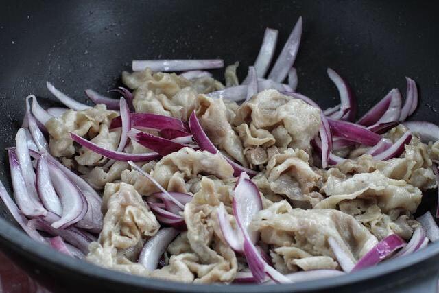 日式肥牛饭,另起锅加适量食用油烧热,放入洋葱丝炒出香味,接着放入肥牛翻炒均匀。