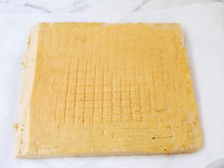 咖啡奶油蛋糕卷,等蛋糕晾凉,切去四边不规则的边缘,然后上下两个边切斜边