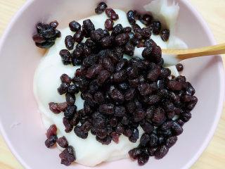 山药红豆糕,山药泥中加入蜜红豆。