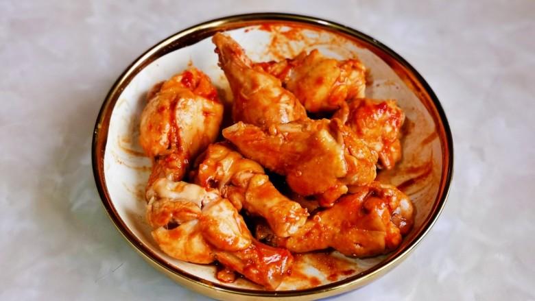 新奥尔良烤鸡腿,戴上食品手套,轻轻按摩鸡腿,使每个鸡腿都吸收到调味料,盖上盖子腌制30分钟以上,时间充足的话,可以适当多腌制一会儿,时间长点更入味。