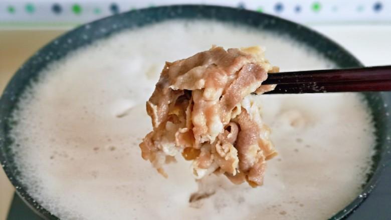 日式肥牛饭,牛肉卷变色后立即捞出来,淋干水分备用。