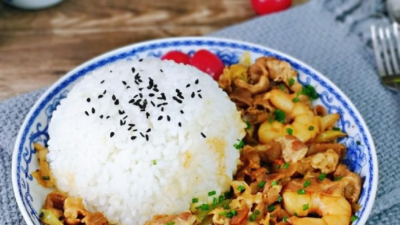 日式肥牛饭,喜欢的做起来,一盘有饭,有虾还有肉。