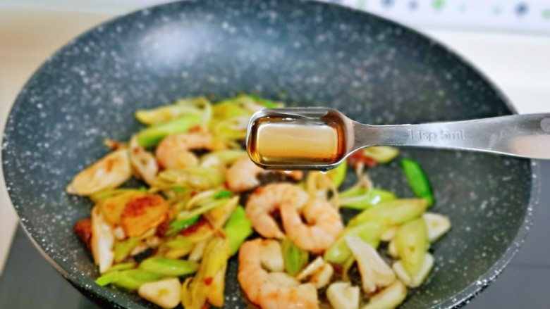 日式肥牛饭,加入一勺料酒去腥。