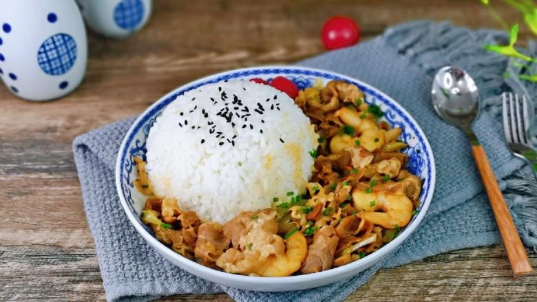 日式肥牛饭,盛一碗米饭压实,倒扣在盘里,盛入肥牛就可以啦!