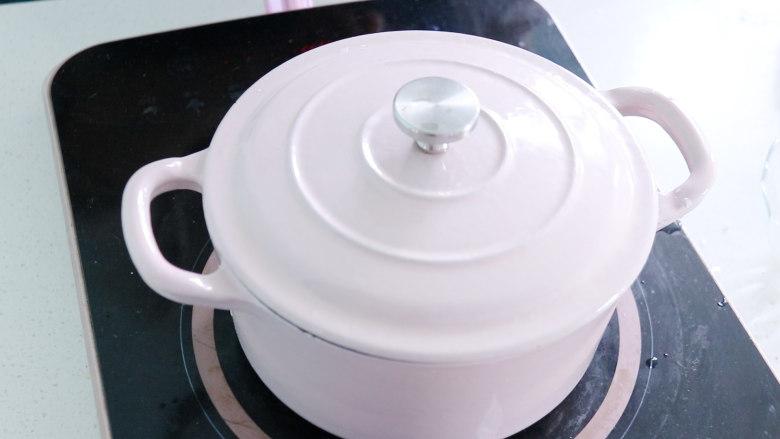 日式肥牛饭,盖上锅盖,将大米焖熟
