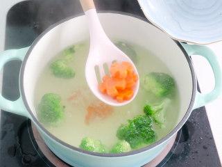 日式肥牛饭,煮熟后,将西蓝花和胡萝卜捞出备用