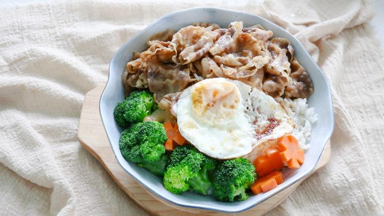 日式肥牛饭,最后摆上煮熟的西蓝花,胡萝卜,翻炒好的洋葱肥牛卷,再煎一个荷包蛋,美味的日式肥牛饭就做好了。