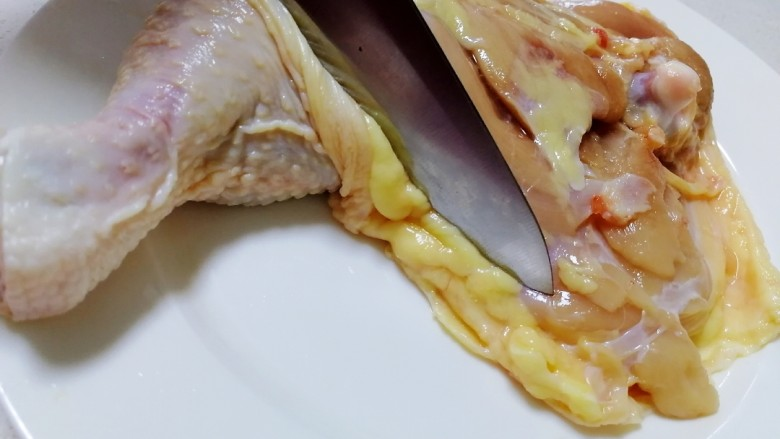 新奥尔良烤鸡腿,尖刀剔掉鸡腿皮周围的肥油。