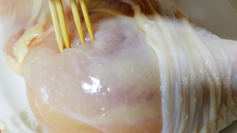 新奥尔良烤鸡腿,几根牙签,扎遍全鸡腿。