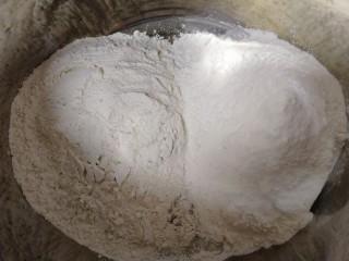 荞麦馒头,荞麦面和麦芯粉倒入盆里。荞麦粉颜色暗一些。