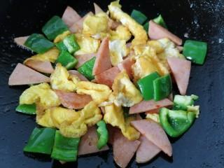 香肠炒蛋,最后放入鸡蛋翻炒均匀即可出锅