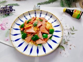香肠炒蛋,拍上成品图,一道美味的快手菜香肠炒蛋就完成了。