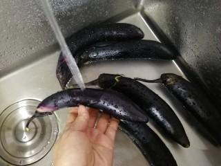 烧烤味蒜茄子,小茄子冲洗干净。