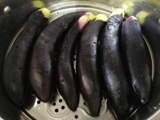 烧烤味蒜茄子,放入蒸锅,水开文火蒸7分钟。