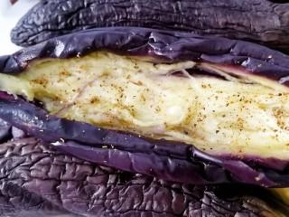 烧烤味蒜茄子,洒上适量烧烤料。