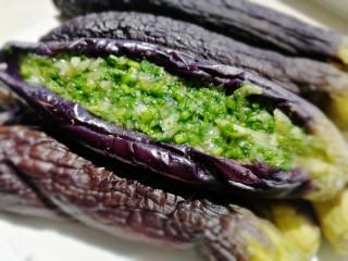 烧烤味蒜茄子,均匀塞满香菜蒜泥,密封冰箱冷藏过夜充分入味口感更佳。