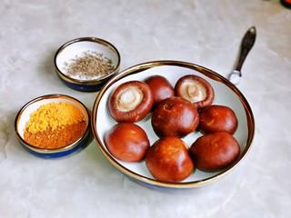 孜然烤香菇,准备食材及调味料,香菇冲洗。