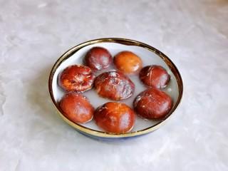 孜然烤香菇,再加入水搅拌均匀,浸泡10分钟。