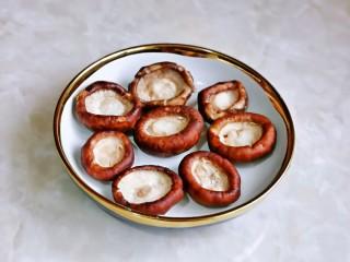 孜然烤香菇,腌制好后一定要把水分挤干,不然会咸。