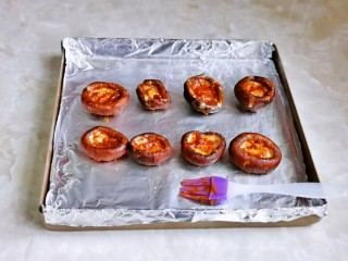 孜然烤香菇,把调味汁刷在香菇的正反面。