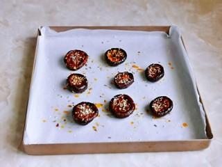 孜然烤香菇,取出刷上一层橄榄油,撒上白芝麻,孜然粒,再烤5分钟就好啦!