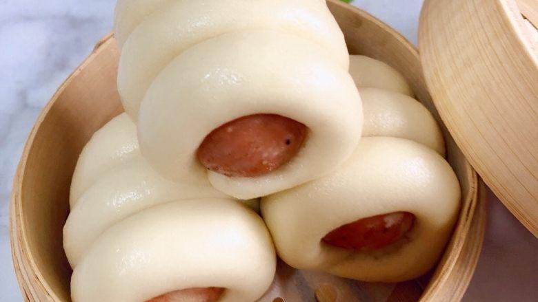 香肠馒头卷,胖胖的香肠馒头卷出锅