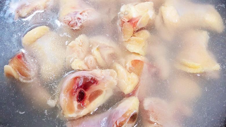 香菇焖鸡,锅中烧开水,焯一下鸡肉。